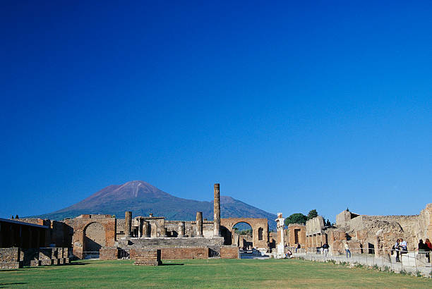 Mt. Vesuvius Behind Pompeii:スマホ壁紙(壁紙.com)
