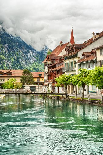 スイス「インターラーケンとアーレ川」:スマホ壁紙(8)