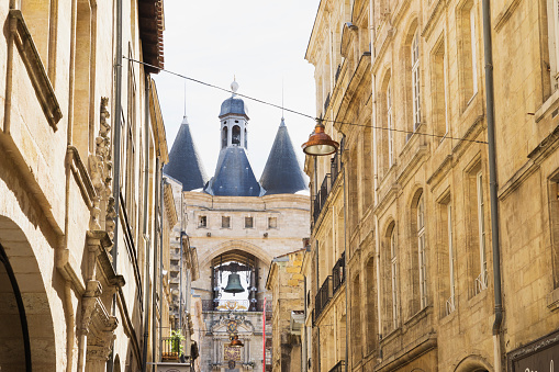 Nouvelle-Aquitaine「France, Gironde, Bordeaux, Low angle view of street light hanging between old town residential buildings with Grosse Cloche medieval gate in background」:スマホ壁紙(11)