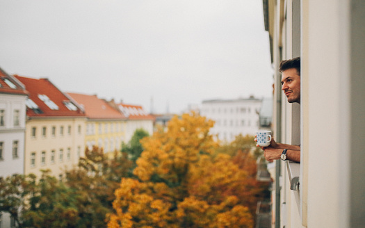 画像加工フィルタ「Man looking through the apartment window in Berlin Prenzlauer Berg」:スマホ壁紙(15)