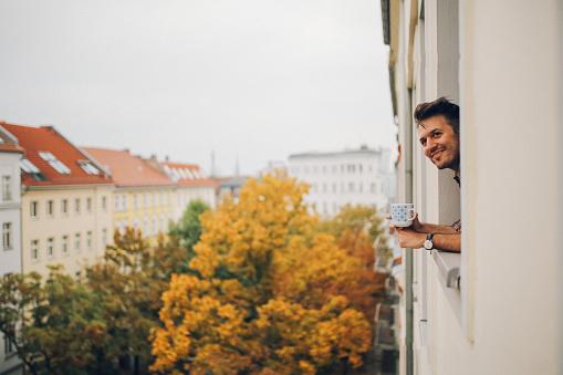 画像加工フィルタ「Man looking through the apartment window in Berlin Prenzlauer Berg」:スマホ壁紙(16)