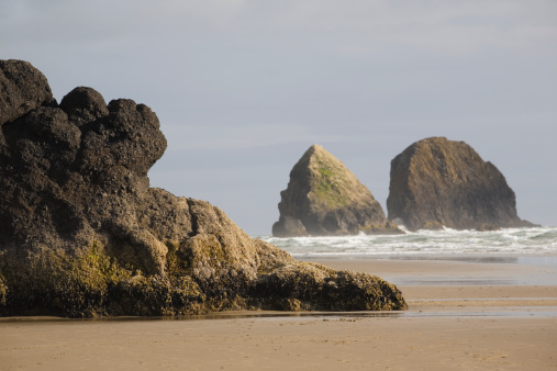 Cannon Beach「Rock Formations In The Ocean With Waves On The Beach」:スマホ壁紙(18)