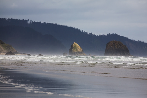 Cannon Beach「Rock Formations In The Ocean With Waves On The Beach」:スマホ壁紙(14)