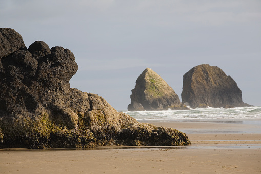 Cannon Beach「Rock Formations In The Ocean With Waves On The Beach; Cannon Beach Oregon United States Of America」:スマホ壁紙(8)