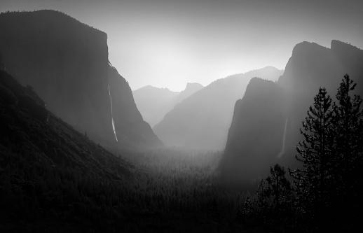 Half Dome「Rock formations in foggy landscape, Yosemite, CA, United States」:スマホ壁紙(16)