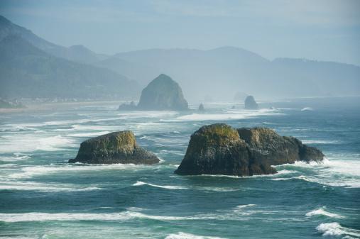 Cannon Beach「Rock formations in ocean」:スマホ壁紙(12)