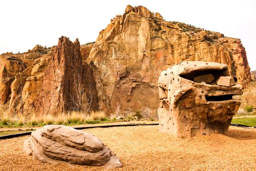 擬人化「Rock formations under sheer cliffs, Smith Rock State Park, Oregon, United States」:スマホ壁紙(4)