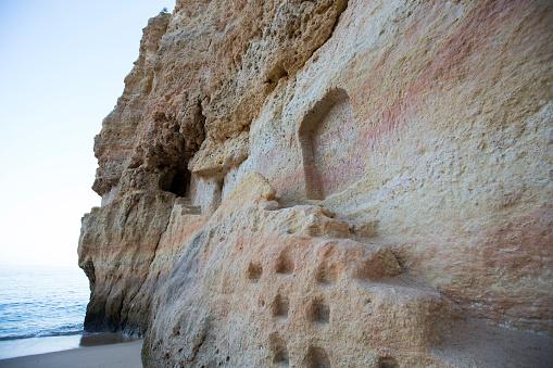 ビーチ「Rock formation sits at the foot of the shore」:スマホ壁紙(17)