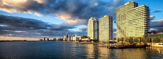 Miami Beach「マイアミ サウス ビーチ日没ビスケーン湾のパノラマを背の高いマンション」:スマホ壁紙(9)