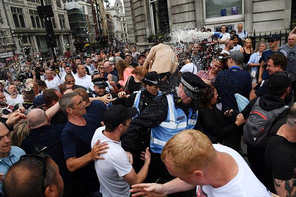 対決「'Free Tommy Robinson' Protest」:写真・画像(3)[壁紙.com]