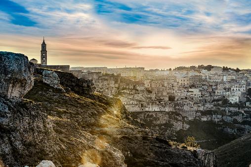 Cliff Dwelling「Italy, Basilicata, Matera, Old town, View to Sassi of Matera, La Gravina di Matera, Parco della Murgia Materana in the evening」:スマホ壁紙(6)
