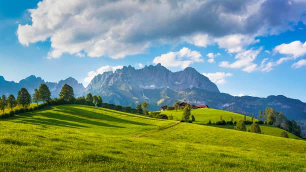 Idyllic alpine scenery, farmhouse in front of Wilder Kaiser, Austria, Tirol  - Kaiser Mountains:スマホ壁紙(壁紙.com)