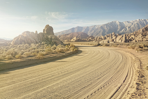 胸を打つ「dirt road in rocky landscape」:スマホ壁紙(4)