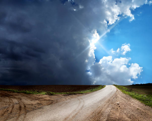 dirt road in countryside landscape over stormy and sunny sky:スマホ壁紙(壁紙.com)