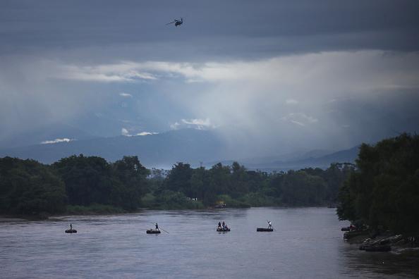 ヒューマンインタレスト「Migrant Caravan Prepares To Cross Into Mexico」:写真・画像(8)[壁紙.com]