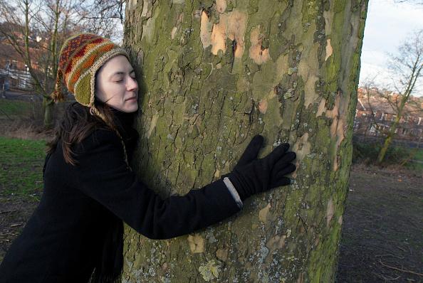 30-34 Years「Woman hugging a tree」:写真・画像(9)[壁紙.com]