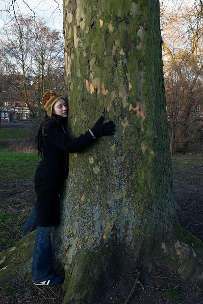 25-29 Years「Woman hugging a tree」:写真・画像(14)[壁紙.com]