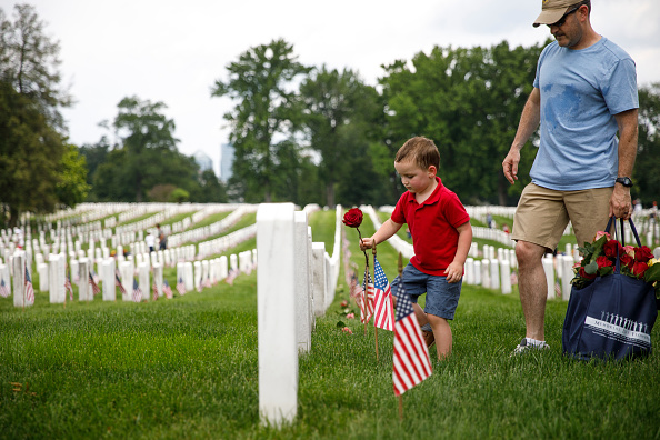 US Memorial Day「Volunteers Place Flowers On Gravesites At Arlington National Cemetery Ahead Of Memorial Day」:写真・画像(2)[壁紙.com]