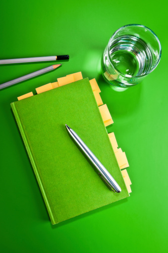 飲食「グリーンのメモ帳、黄色粘着した後に、ペンシル、ボールペン、絶縁」:スマホ壁紙(13)