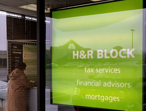 Mount Prospect「Tax Preparation Gets Underway Ahead Of April Deadline」:写真・画像(11)[壁紙.com]