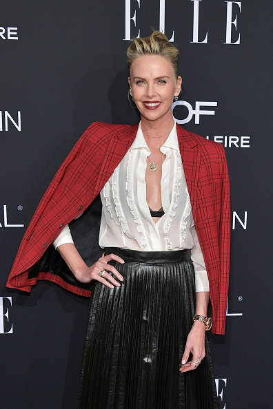 Charlize Theron「ELLE's 25th Annual Women In Hollywood Celebration Presented By L'Oreal Paris, Hearts On Fire And CALVIN KLEIN - Red Carpet」:写真・画像(17)[壁紙.com]