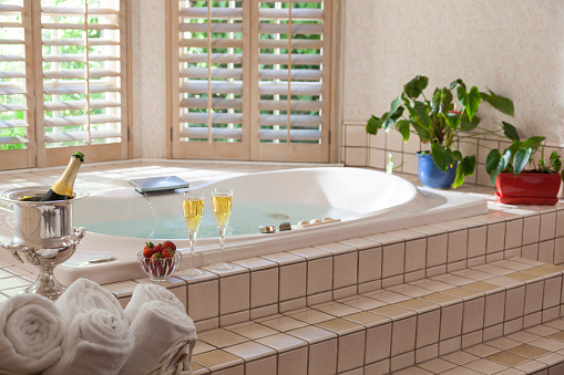 Hot Tub「Large tub with champagne and windows」:スマホ壁紙(4)