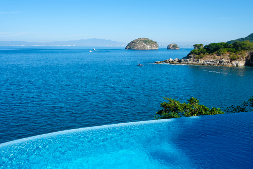 豪華 ビーチ「Mexico, Puerto Vallarta, Ocean front infinity swimming pool with view at Los Arcos National Marine Park」:スマホ壁紙(4)