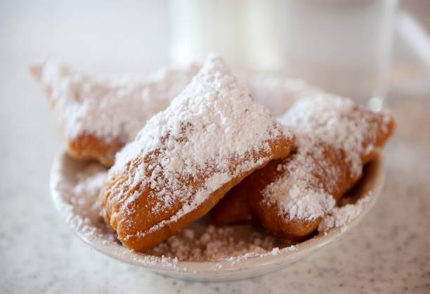 Beignets with powdered sugar on plate:スマホ壁紙(壁紙.com)