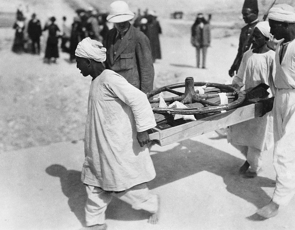 Wheel「Removing A Chariot Wheel From The Tomb Of Tutankhamun Valley Of The Kings Egypt 1922」:写真・画像(9)[壁紙.com]