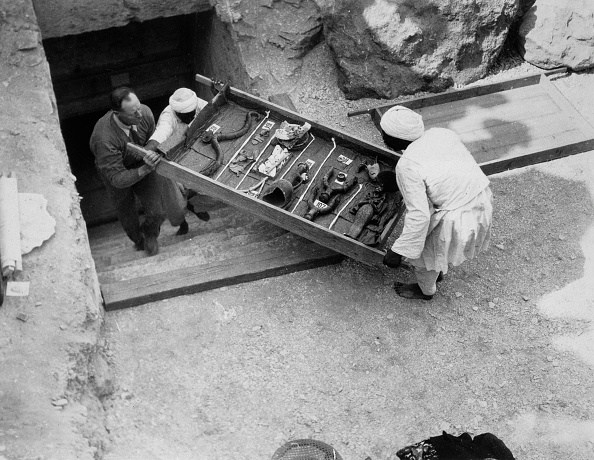 Tomb「Removing A Tray Of Chariot Parts From The Tomb Of Tutankhamun Valley Of The Kings Egypt 1922」:写真・画像(8)[壁紙.com]