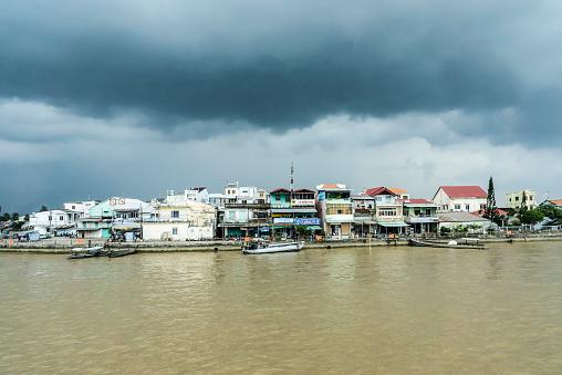 Atmosphere「Vietnam, Vinh Long, Ta On, view to dwelling at riverside of Mekong by stormy atmosphere」:スマホ壁紙(2)