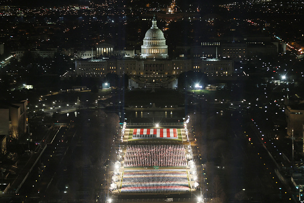 Capitol Hill「Field Of Flags Installed On National Mall For Americans Unable To Attend Inauguration」:写真・画像(9)[壁紙.com]