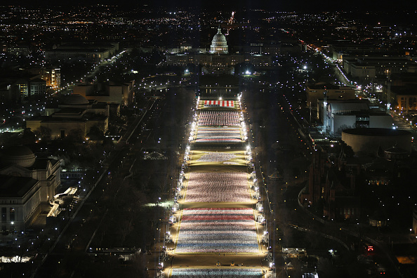 Capitol Hill「Field Of Flags Installed On National Mall For Americans Unable To Attend Inauguration」:写真・画像(12)[壁紙.com]