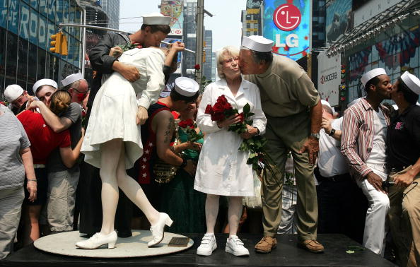 "Sailor「Times Square ""Kiss In"" Celebrates Famed WWII Photo」:写真・画像(1)[壁紙.com]"