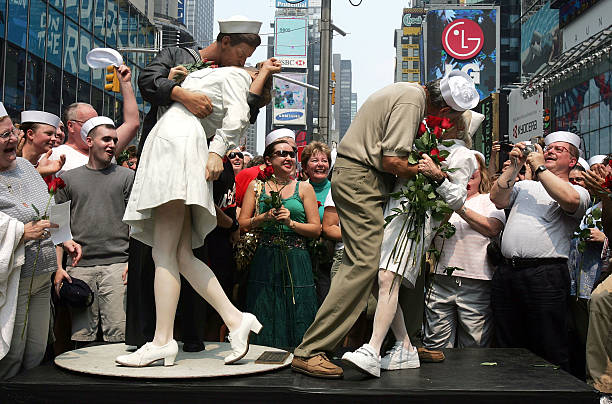 """Times Square """"Kiss In"""" Celebrates Famed WWII Photo:ニュース(壁紙.com)"""