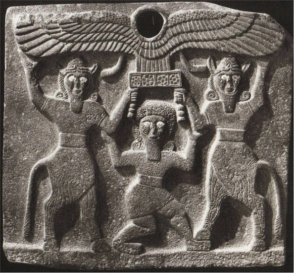 Minotaur「Orthostates Depicting Gilgamesh Between Two Minotaur Demigods Holding Up The Sun Disc. From Tell Hal」:写真・画像(10)[壁紙.com]