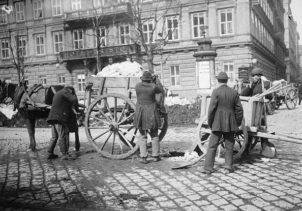 City Life「Snow removal on the Kärntner Ring. Hotel Bristol in the background. Vienna. Photograph around 1900」:写真・画像(5)[壁紙.com]