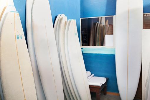 サーフィン「Surfboard shaper workshop, surfboards stacked in storeroom」:スマホ壁紙(5)