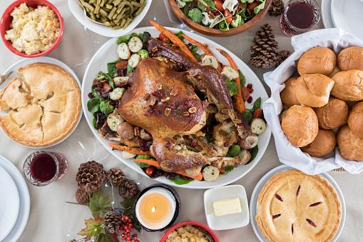 Bush Bean「Bird's eye view of a full Christmas dinner table ready for guests」:スマホ壁紙(5)