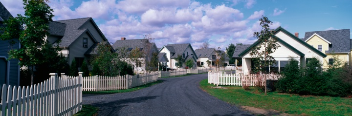 Stowe - Vermont「This is a typical suburban American neighborhood. There are single family homes with a white picket fences in front of each house. A road leads down the center of the image that takes you past each house. There are trees beside each house.」:スマホ壁紙(7)