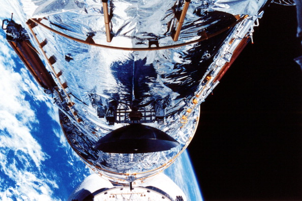 Hubble Space Telescope「The Hubble Space Telescope orbiting the Earth, c1990s.」:写真・画像(10)[壁紙.com]