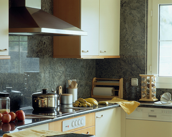 Kitchen「View of apples and bananas on a counter」:写真・画像(14)[壁紙.com]