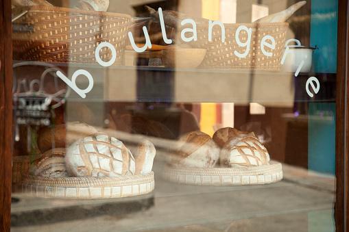 棚「Breads are displayed ad seen through the window of a Mexican bakery」:スマホ壁紙(19)