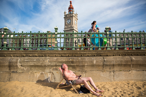 Sunbathing「Summer Hots Up At The Great British Seaside」:写真・画像(16)[壁紙.com]
