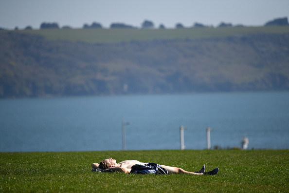 Sunbathing「UK Remains On Lockdown Due To Coronavirus As Infection Rate Appears To Slow」:写真・画像(15)[壁紙.com]