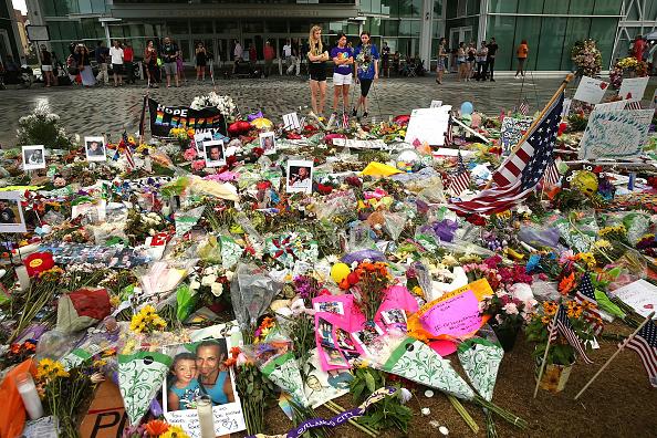 フロリダ州オーランド「Orlando Continues To Mourn The Mass Shooting At Gay Club That Killed 49」:写真・画像(7)[壁紙.com]
