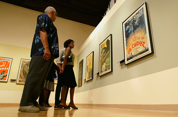 Carlo Allegri「People Visit An Exibition Of African American Film Posters」:写真・画像(13)[壁紙.com]