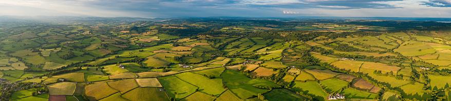 見渡す「風景のパノラマに広がる鮮やかなパッチワークの空中緑の農場カントリー村」:スマホ壁紙(13)