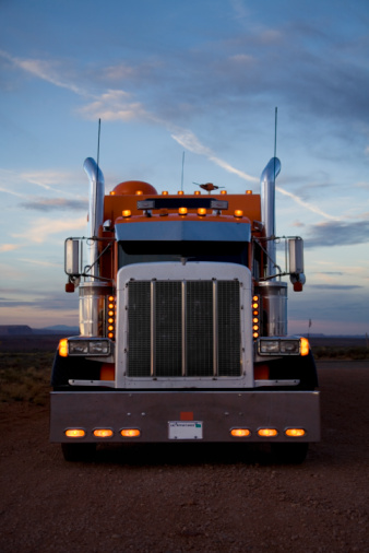 Utah「USA, Utah, Monument Valley, Truck at dawn」:スマホ壁紙(8)