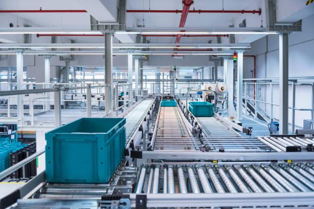Boxes on conveyor belt in modern automatized high rack warehouse:スマホ壁紙(壁紙.com)